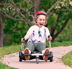 enfant s'amuse sur un hoverkart placé sur un hoverboard