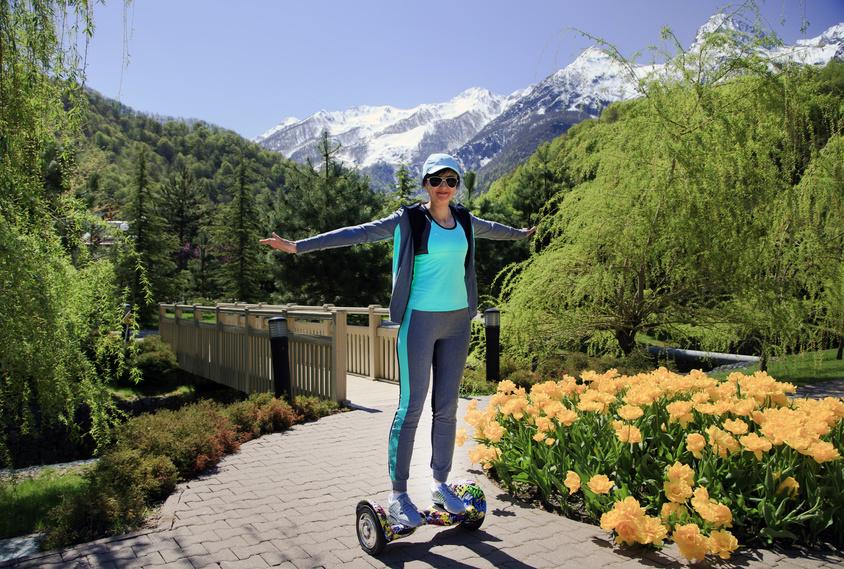 randonnée femme sur hoverboard tout terrain
